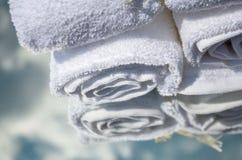 Toallas blancas del BALNEARIO en un sistema con los accesorios para el baño Fotografía de archivo libre de regalías