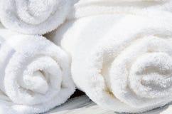 Toallas blancas del BALNEARIO en un sistema con los accesorios para el baño Imagen de archivo