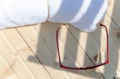 Toallas blancas del BALNEARIO en un sistema con los accesorios para el baño Fotografía de archivo