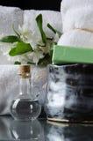 Toallas blancas del BALNEARIO en un sistema con los accesorios para el baño Fotos de archivo
