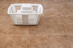 Toallas blancas empiladas en una cesta de lavadero Imagen de archivo
