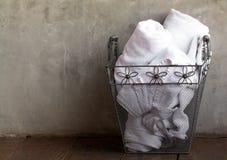 Toallas blancas en cesta del metal fotografía de archivo libre de regalías