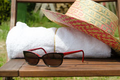 Toallas blancas en un sistema con los accesorios del día de fiesta para el baño Foto de archivo libre de regalías