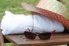 Toallas blancas en un sistema con los accesorios del día de fiesta para el baño Fotografía de archivo libre de regalías