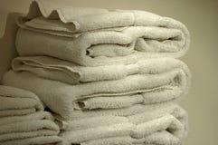 Toallas blancas mullidas Imagen de archivo libre de regalías