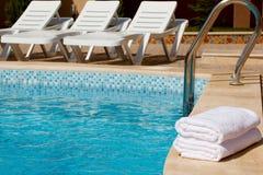 Toallas blancas por la piscina. Imagenes de archivo