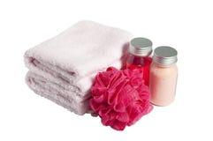 Toallas, champú, esponja y espuma, aislados Imagen de archivo
