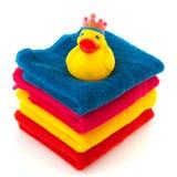 Toallas coloridas con el pato del baño Fotografía de archivo libre de regalías