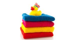 Toallas coloridas con el pato del baño Imagen de archivo libre de regalías