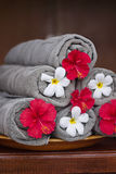 Toallas con las flores exóticas Fotografía de archivo