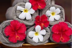Toallas con las flores exóticas Fotos de archivo libres de regalías