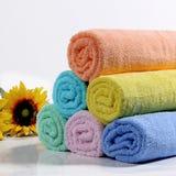 Toallas de baño coloridas Foto de archivo libre de regalías