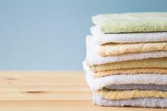 Toallas de baño coloridas en la tabla Fotos de archivo