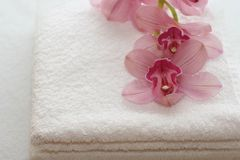 Toallas de baño con las orquídeas Fotos de archivo libres de regalías