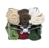 Toallas de baño en una cesta con la maneta de grifo Imagen de archivo