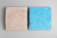 Toallas de baño suaves en fondo gris imagenes de archivo