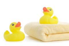 Toallas de baño y duckies de goma amarillos Imágenes de archivo libres de regalías
