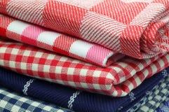 toallas de cocina checkered y rayadas Fotografía de archivo libre de regalías