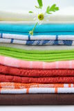 Toallas de cocina coloridas Fotos de archivo libres de regalías