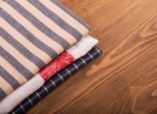 Toallas de cocina de lino viejas dobladas Fotografía de archivo libre de regalías
