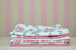 Toallas de cocina rosadas Imagen de archivo