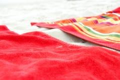 Toallas de playa en la arena Imágenes de archivo libres de regalías