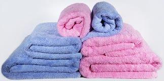 Toallas de Terry multicoloras para los cuartos de baño Imagen de archivo libre de regalías