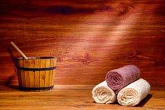Toallas del algodón en una sauna de madera tradicional en un balneario Fotos de archivo