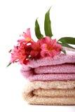 Toallas del balneario con algunas flores del alstroemeria Imagen de archivo