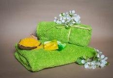 Toallas del balneario con las flores, el jabón del aroma y la sal. imagenes de archivo