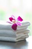 Toallas del balneario y flores de la orquídea imagen de archivo