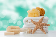 Toallas del cuarto de baño con las esponjas Imágenes de archivo libres de regalías