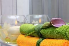 Toallas del hotel en un cuarto de baño. Imagen de archivo libre de regalías