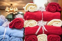 Toallas del regalo de boda Imágenes de archivo libres de regalías