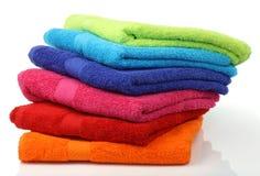 Toallas empiladas coloridas del cuarto de baño foto de archivo