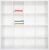 Toallas en el armario de lino Fotos de archivo libres de regalías