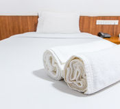 Toallas en la cama Imagen de archivo libre de regalías