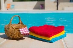 Toallas en la piscina Imágenes de archivo libres de regalías