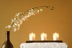 Toallas, florero, velas, flores Imágenes de archivo libres de regalías