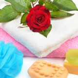 Toallas, jabón y esponjas fotografía de archivo libre de regalías