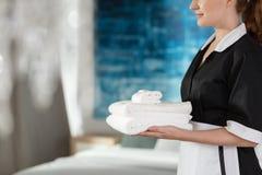 Toallas lavadas tenencia de la criada fotos de archivo libres de regalías