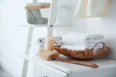 Toallas limpias y esponjas en la tabla imagen de archivo libre de regalías