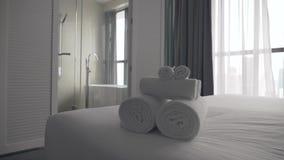 Toallas mullidas recientemente lavadas planchadas almacen de metraje de vídeo