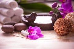 Toallas, orquídea y piedras blancas para el balneario Imagenes de archivo