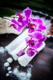 Toallas, orquídea y piedras blancas para el balneario Fotografía de archivo libre de regalías