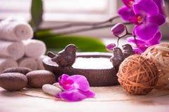Toallas, orquídea y piedras blancas para el balneario Imagen de archivo