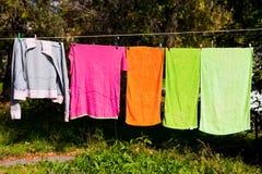 Toallas que se secan en la cuerda para tender la ropa Fotografía de archivo libre de regalías