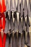 Toallas rojas colgadas en la pared Imagen de archivo