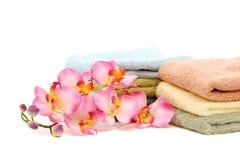 Toallas rosadas de la orquídea y del balneario Imagenes de archivo