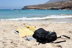 Toallas y bolso en una playa hermosa Foto de archivo